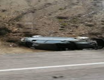 Isparta ak parti başkanı ve 2 kişi takla atan arabada yaralandı